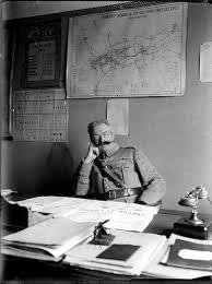 bureau militaire file officier militaire assis à bureau régie des chemins de fer