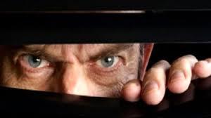spiare in bagno aggressioni minacce di morte e rumori assordanti nei guai per