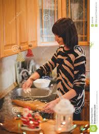 cuisine de a à z noel biscuits de noël de cuisson de femme à la cuisine décorée