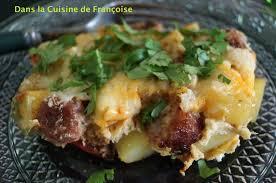 recette de cuisine avec des oeufs cocotte de pommes de terre oeufs saucisses et poivrons dans la