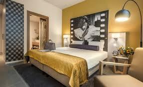 chambre sol gris chambre de luxe peinture jaune lit deux places ladaire design