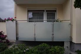 edelstahl balkon mit glas balkongeländer aus edelstahl mit pflanzgefäß metallgestaltung