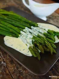 cuisiner asperge verte asperges verte sauce oeuf crème et herbes fraîches recettes de