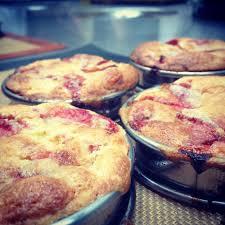 cuisine attitude cyril lignac tarte à la rhubarbe et fraise crème d amande le de cyril lignac
