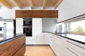 weiße küche mit holz natürliche schönheiten designerküchen aus holz und corian