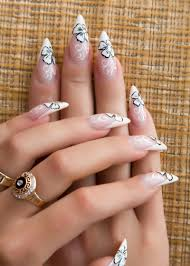 hblack stilletto nails make the flowers stand out by outlining