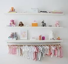 décoration de chambre pour bébé girlystan une branche comme penderie pour décorer la chambre de bébé