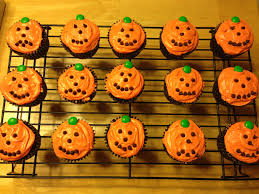 halloween cupcakes use any kind of mix and frosting i used food