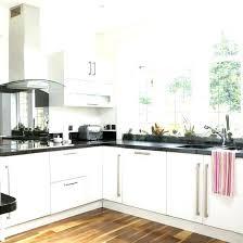 cuisine blanche mur framboise deco cuisine mur cuisine blanche mur framboise cuisine blanche et