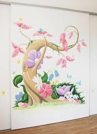 boom muurschildering in disney stijl met veel roze bloemen boom muurschildering in disney stijl met veel roze bloemen vogels en vlinders voor een