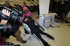 42 tv black friday black friday turns violent as shoppers fight over bargains daily