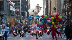 macy s thanksgiving day parade makes its way through manhattan