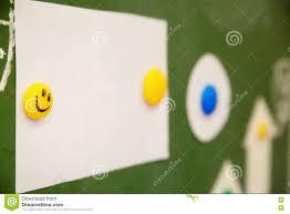 smiley bureau smiley emoticon op het bureau stock afbeelding afbeelding 77880849