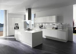 moderne kche mit kochinsel und theke die moderne küche mit kochinsel besteht aus elegantem hochglanz in
