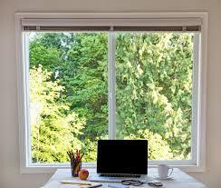 le bureau lumi鑽e du jour nettoyez le bureau avec la fenêtre lumineuse de lumière du jour à l
