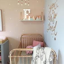 relooking et décoration 2017 2018 lit doré dans une chambre bébé