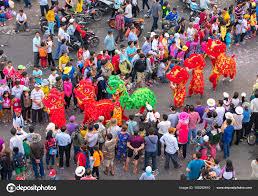 Lampion Festival s barevné draky lev vlajky auta pochodoval v