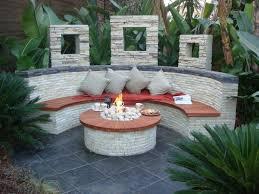 runde feuerstelle und halbrunde sitzbank mit verblendsteinen