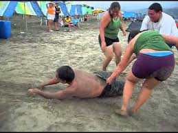 imagenes chistosas en la playa video chistoso de hombre arrastrado en una playa youtube