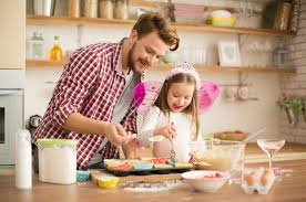 papa cuisine avec sa fille en princesse