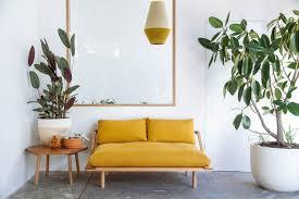 canapé jaune moutarde la couleur jaune moutarde pour un intérieur chaleureux