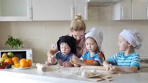 cuisine avec enfant portrait d une famille heureuse dans la cuisine les enfants
