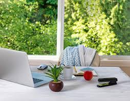 le bureau lumi鑽e du jour avant de bureau avec la fenêtre lumineuse de lumière du jour à l