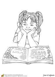 Coloriage pour enfant une fille entrain de faire de la lecture
