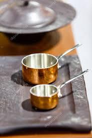 batterie de cuisine cuivre casseroles marmites et casseroles en cuivre sont sur le comptoir