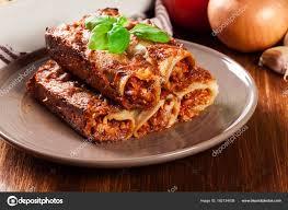 cuisine italienne cannelloni cannelloni au four avec la viande hachée et sauce béchamel sur une