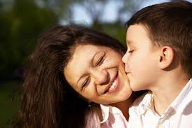 baisee dans sa cuisine baiser de petit garçon sa mère image stock image du baiser