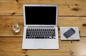 vieux bureau en bois ordinateur portable ouvert sur le vieux bureau en bois