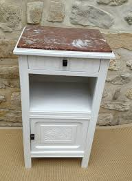 le de chevet ancienne ancienne table de chevet repeinte en blanc avec dessus marbre