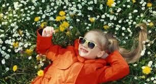 le si e de ritratto ragazza bionda bambino si siede nell erba tra le