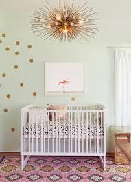 teppich kinderzimmer rosa kinderzimmer einrichten goldene le babybett bunter teppich rosa