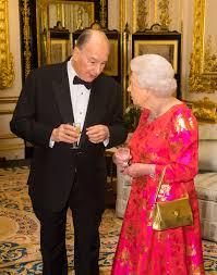 queen handbag queen elizabeth s gold launer handbag popsugar fashion