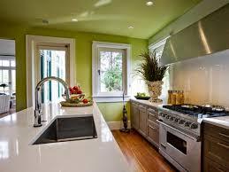 peinture verte cuisine peinture cuisine avec meubles blancs 30 idées inspirantes
