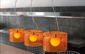 luminaire cuisine suspendu decoration luminaire cuisine originale orange table bois massif