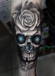 die besten 25 schwarze rose tattoos ideen auf pinterest tatoo