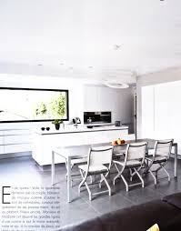 cuisine et bain magazine une cuisine blanche parfaitement intégrée dans les murs et autour de