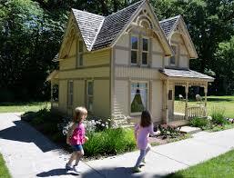 elwood u0027s u0027little house u0027 offers a peek inside during anniversary