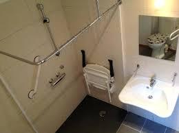 siege baignoire pour handicapé chaise pour salle de bain chaise de alizac chaise roulante