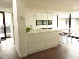 cuisine blanc laqué et bois cuisine blanc laque plan travail bois mineral bio