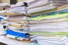 le de bureau à pile pile de documents sur le bureau s empilent haute attente à gérer