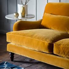canapé velours canapé jaune en velours avec tapis bleu photos de canapes jaunes