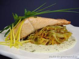 comment cuisiner le pavé de saumon pavé de saumon poêlé émincé d endives à la fourme d ambert