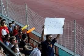 konflikt um katalonien piqué von fans attackiert mannschaft