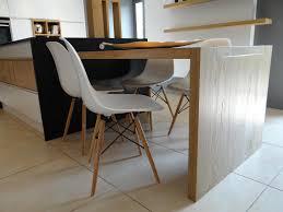 ilot central cuisine bois la table de cuisine en bois clair prolonge l îlot central créant