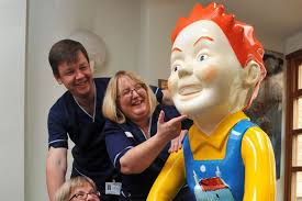 Jolomo Oor Wullie is makin      his hame at Perth Royal Infirmary     Head of nursing Caitlin Charlton  senior charge nurse Craig Paterson  and senior charge nurse