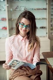 le bureau fille fille attirante sur le rendez vous dans le bureau de spécialiste en